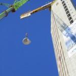 Betongtrappa lyfts för att monteras i Gothia Towers