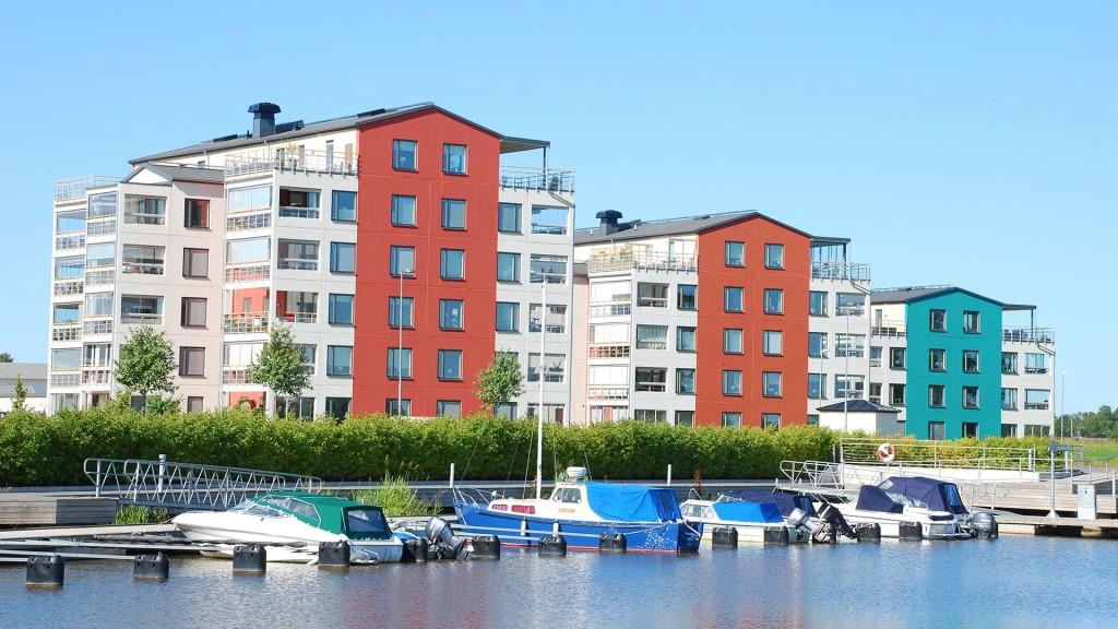 Vy från vattnet på brf Sjöporten i Mariestad