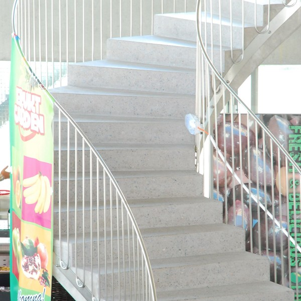 Närbild på trappa i saluhallen Kvillebäcken, Göteborg